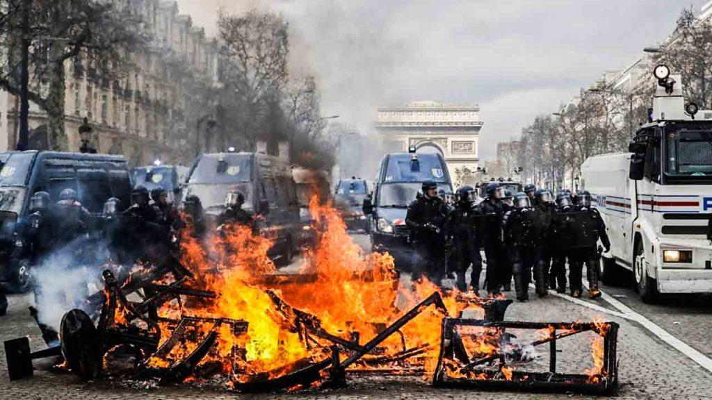 Los-'Chalecos-amarillos'-se-tomaron-París--3